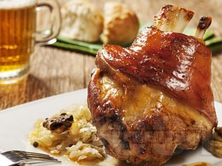 Печен маринован цял свински джолан с кост на фурна с бяло вино, водка и сос от зеленчуци - снимка на рецептата